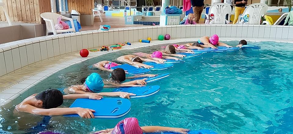 Úszni tanulnak a másodikosok
