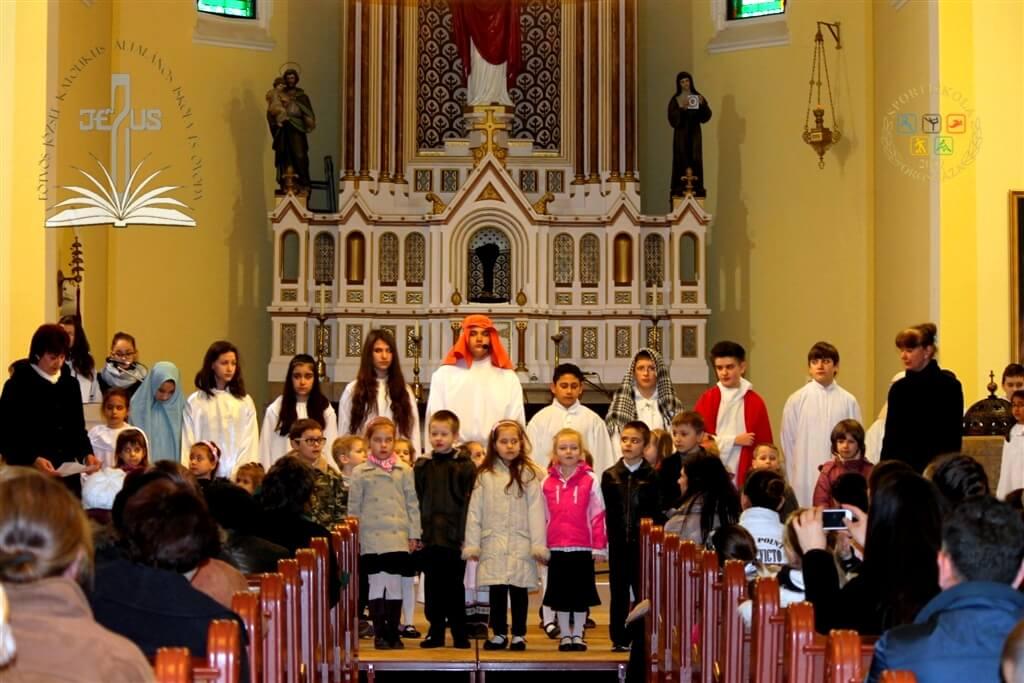 Húsvéti ünnepség a katolikus templomban | eotvosoh © 2015